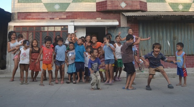 1-kids-outside-the-fairplay-center